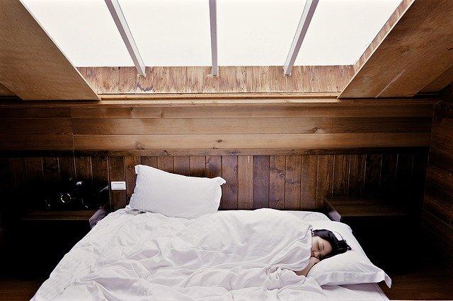 w łóżku