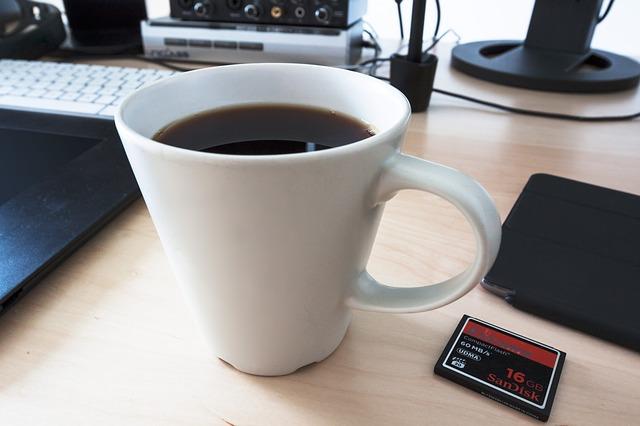 tablet i kawa na biurku